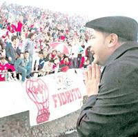 El Turco Mohamed emocionado frente a la tribuna