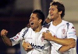 César González y Mario Bolatti festejan el gol de Huracán en la victoria ante Tigre