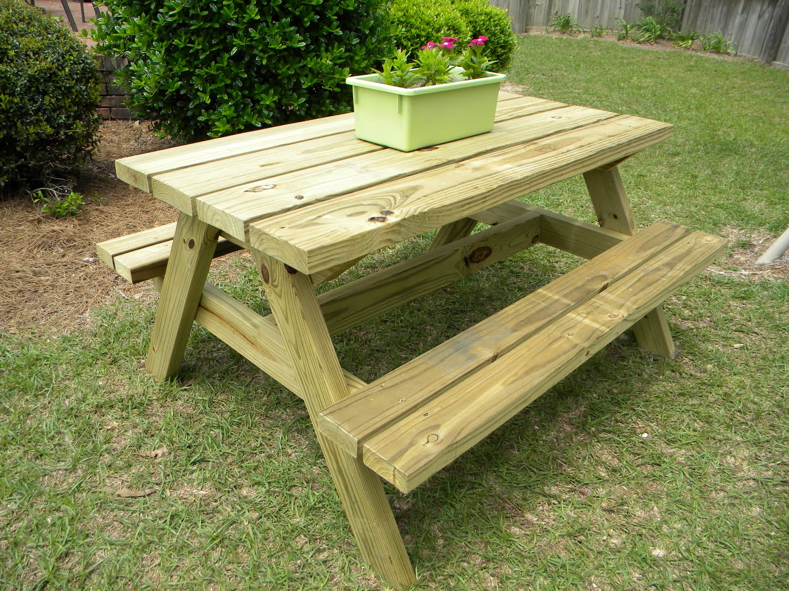 Guide to get picnic table with built in cooler plans the for Garden table designs wood