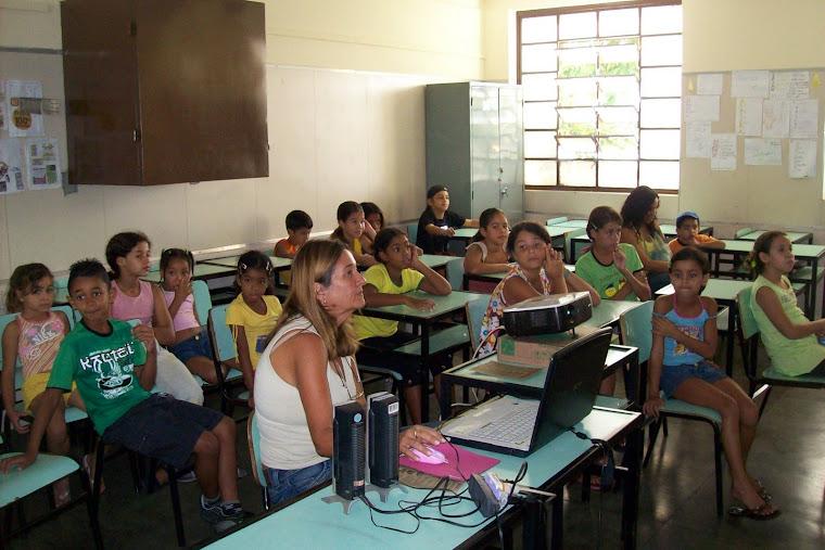 Exibição de vídeos sobre dengue (Ação Integrada da Escola Municipal Santa Terezinha-abril de 2009)
