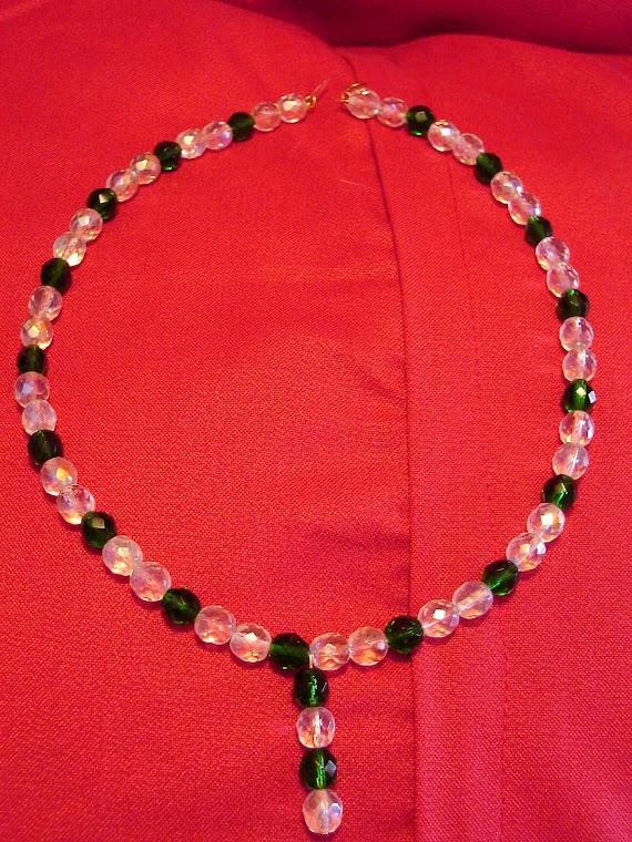 Collana con cristalli sfaccettati verde smeraldo e cristalli sfaccettati bianchi