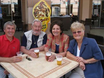 A négy nagyszülő örömteli várakozása Ferihegyen