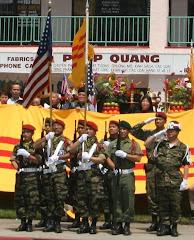 30-4-2006 Hue voi Quoc Ky Hoa Ky