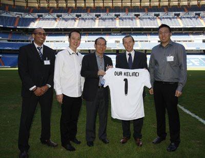 Luis Figo akan ''menggiring bola di Indonesia,'' dalam rangka PT Dua ...