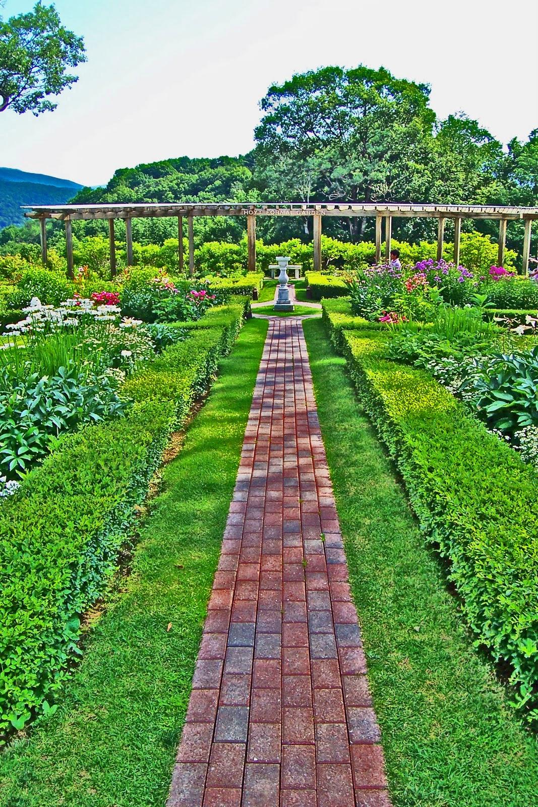 http://4.bp.blogspot.com/_aKts7xRm9LQ/TS-ZuGfiOkI/AAAAAAAABGc/j0Gy5h9Ti1k/s1600/Garden%2BHDR.jpg