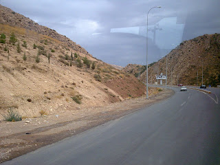road between two mountains in duhok