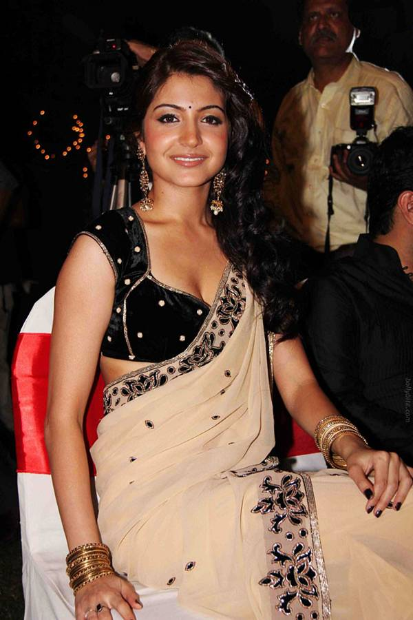 Anushka Sharma in sari showing her cleavage masala