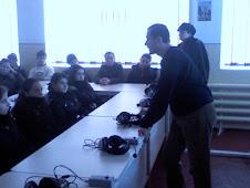 Profesorii Daniel Nedeloiu şi Liliana Hudea, împreună cu elevi ai liceului în Laboratorul Fonetic