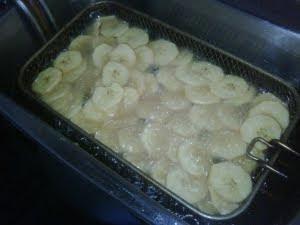 Rodajas de plátano friéndose.