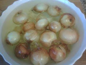 Cebollas en agua fría.