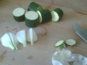 Calabacín y cebolla cortados.