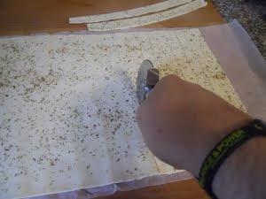 Cortar la masa de hojaldre en tiras.