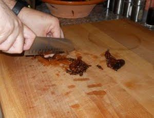 Cortar los tomates secos.