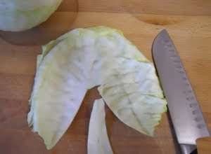 Quitar el nervio de las hojas de col.