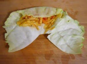 Poner verduras sobre la hoja de col.