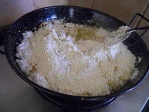 Poner los ingredientes de la masa en la sartén.