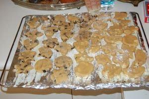 Formar la galletas y ponerlas en la llanda.