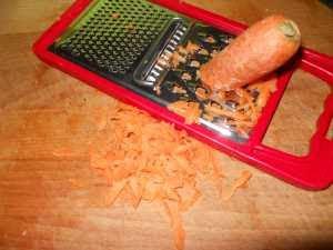 Rallar la zanahoria.