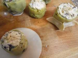 Forrar las alcachofas con las obleas.