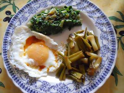 Acelgas con huevo y ajos tiernos.