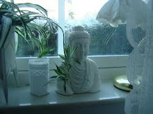 Buddha i sovrumsfönstret