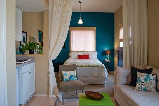 decoracao de quarto e cozinha juntos: pequena cozinha ganhou uma janela que liga o espaço à sala de jantar