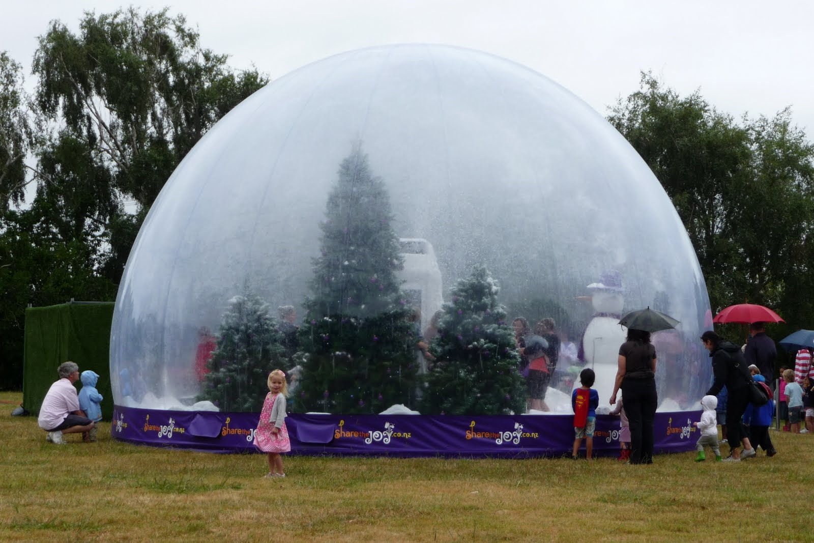 giant snow globe - Large Christmas Snow Globes