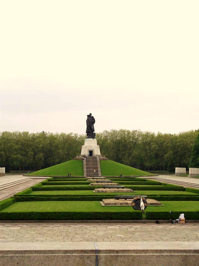 photohistory memorial sovietique treptower park berlin. Black Bedroom Furniture Sets. Home Design Ideas