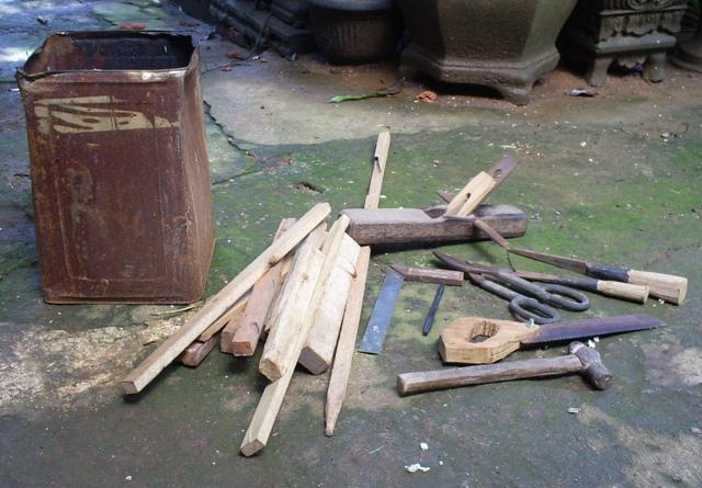 kaleng bekas residu kayu kayu bekas cat kayu alat alat