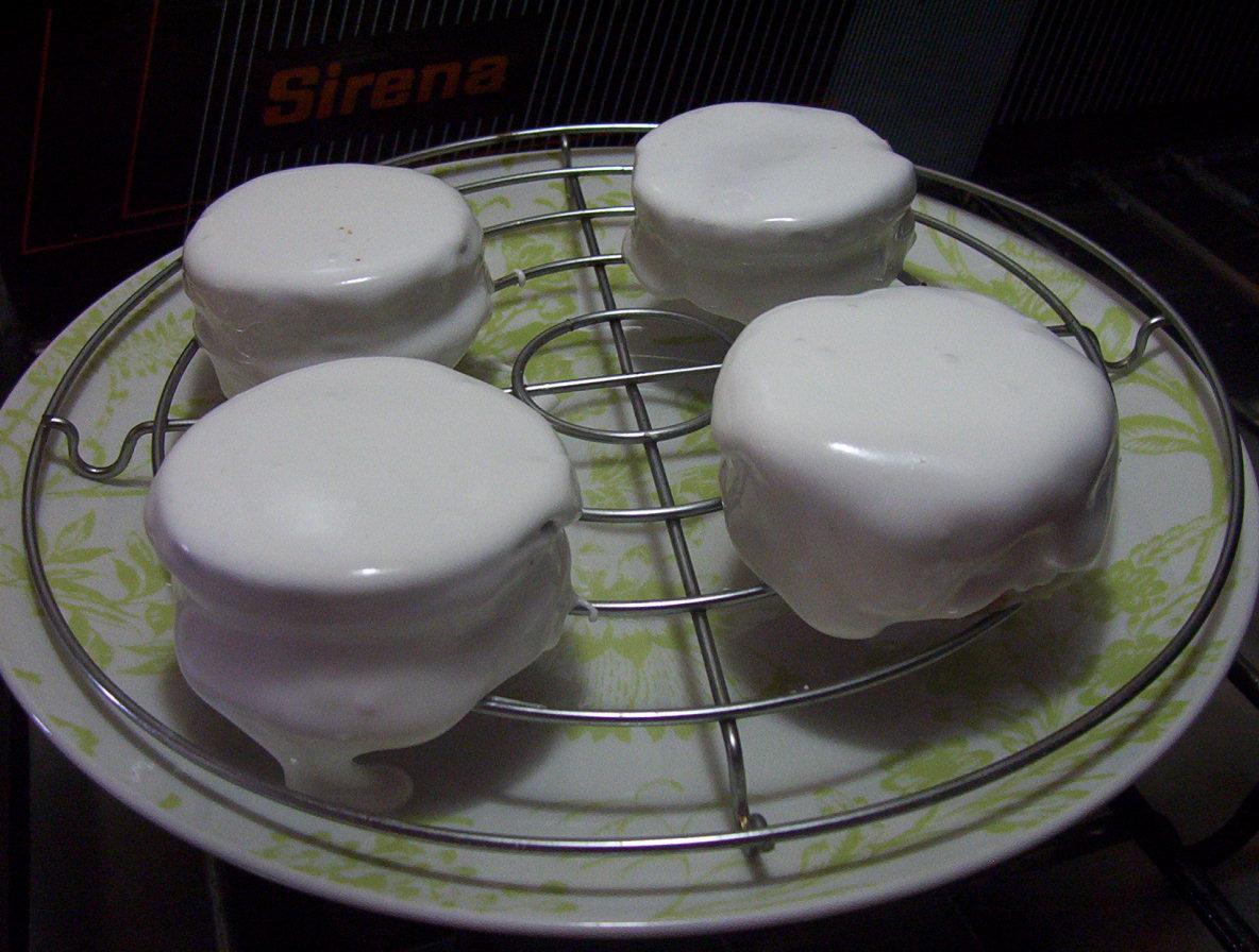 Baño Blanco Para Alfajores Receta:Cubrir otro alfajores con glace y dejar secar