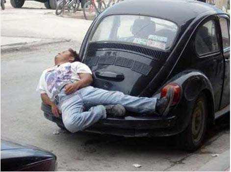 Tidur di atas bemper mobil
