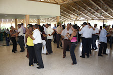 PROFESIONALES AGROPECUARIOS BAILAN AL SON DE LA MISICA QUE TOCA LA ORQUESTA DE LA MARINA DE GUERRA