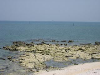 菓葉漁權島-查埔嶼(查坡嶼), 在兩單中間遠方處的小島