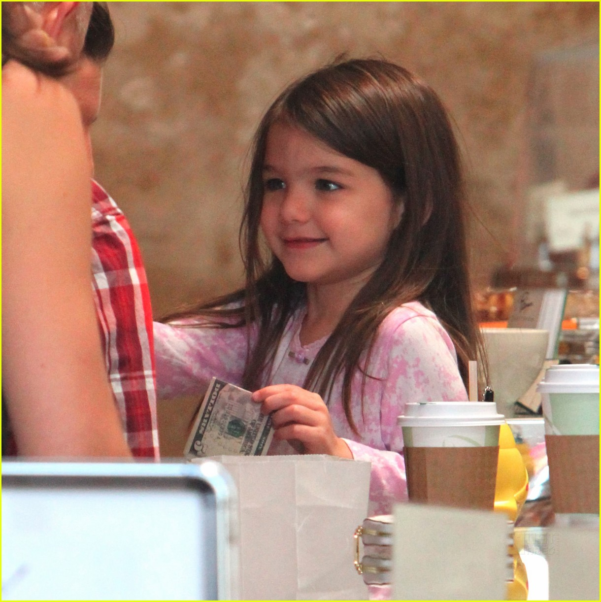 http://4.bp.blogspot.com/_ay-3_gDCcvY/TPZrvj9lccI/AAAAAAAACRM/5nrH6sRgCUI/s1600/katie-holmes-suri-cruise-le-pain-quotidien-03.jpg