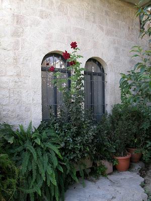 חלונות אלומיניום בקיר אבן
