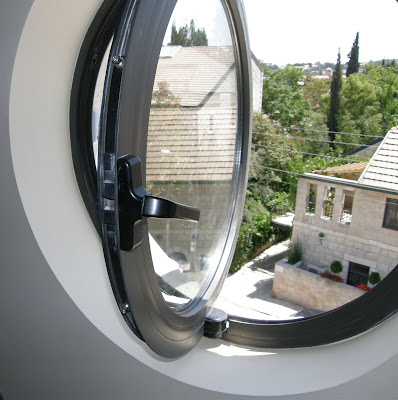 מבט דרך חלון האלומיניום העגול