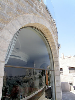 קשת האבן מעל לחלון הפנורמי