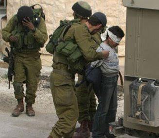 soldats israéliens arrêtent un enfant palestinien