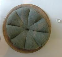 Antigua hogaza de pan romana encontrada en Pompeya. Museo Arqueológico Nacional de Nápoles, Italia.