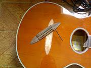 Colando o cavalete desse violão tagima. Postado por F.R.B. às 15:08