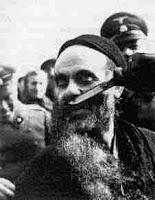 גרמני חותך זקנו של יהודי בוורשה