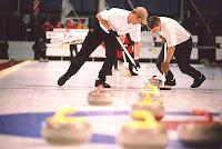 Curling, lanzamiento de la roca y acompañamiento de los limpiadores