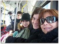 Mauri, Belén, Romi y Moni en un viaje en colectivo