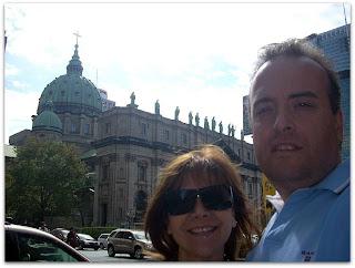Con Moni frente la Catedral María Reina del Mundo en el centro