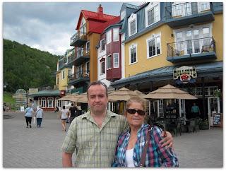 Con mamá y los edificios coloridos típicos del pueblito.