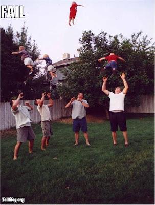 otec vyhadzuje syna nad hlavu