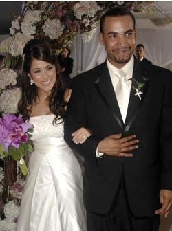 La pareja de puertorriqueños vistió atuendos de boda del diseñador ...