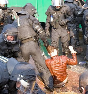 Purificação Nacional Police+brutality+on+girl