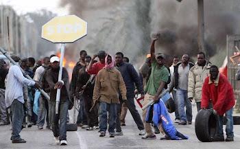 ΛΑΘΡΟΠΡΟΠΑΓΑΝΔΑ ΑΠΟ ΤΗΝ ΚΟΥΝΙΑ! ΜΟΙΡΑΖΑΝ ΣΕ ΣΧΟΛΕΙΟ ΦΥΛΛΑΔΙΑ ΥΠΕΡ ΤΟΥ ΕΠΟΙΚΙΣΜΟΥ ΤΗΣ ΕΛΛΑΔΑΣ!
