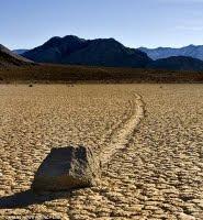 Το μυστήριο των κινούμενων βράχων της κοιλάδας του θανάτου. Braxos_kinoumenos_1